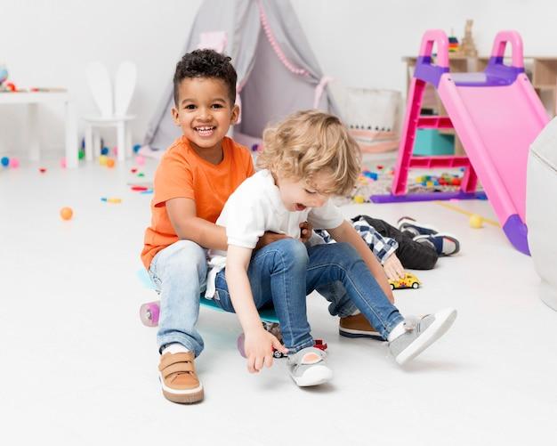 Meninos felizes brincando com skate