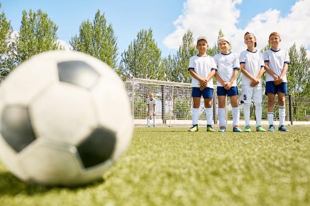 Meninos felizes no time de futebol