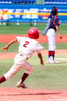 Meninos jogando beisebol em um estádio