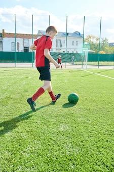 Meninos jogando futebol ao ar livre
