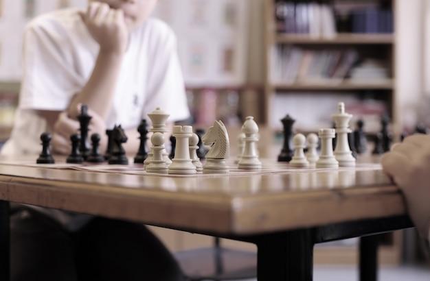 Meninos jogando xadrez na escola