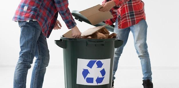 Meninos jovens de close-up reciclagem juntos