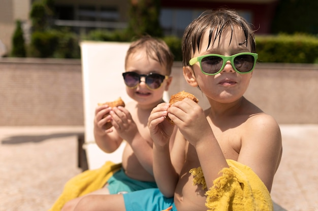 Meninos na piscina comendo