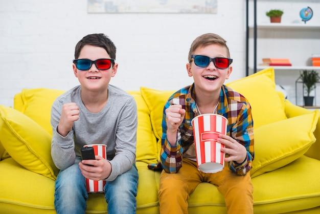 Meninos no sofá com óculos 3d