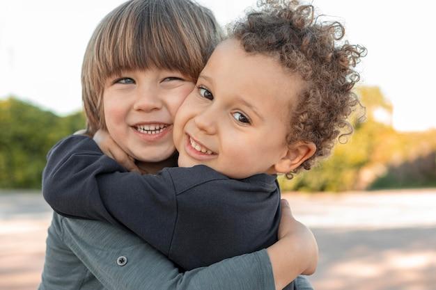 Meninos se abraçando ao ar livre