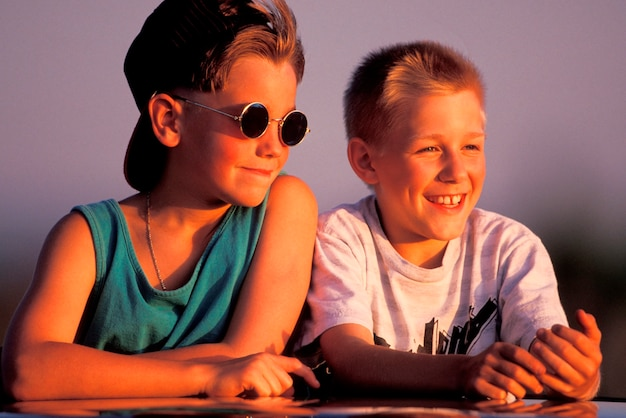 Meninos sentados juntos ao ar livre