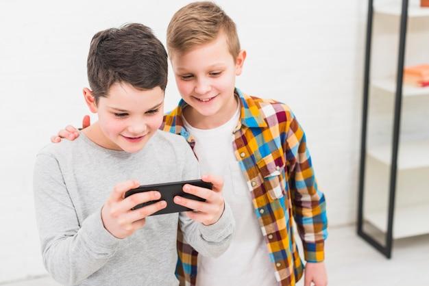 Meninos, tocando, com, smartphone