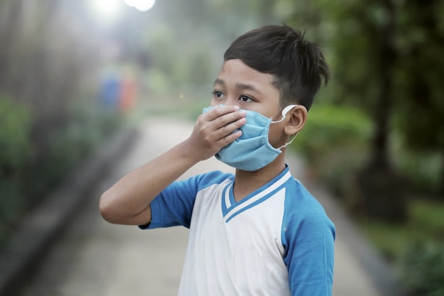 Meninos usam máscaras de saúde para se proteger contra surtos de vírus corona