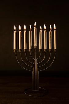 Menorá com velas acesas douradas