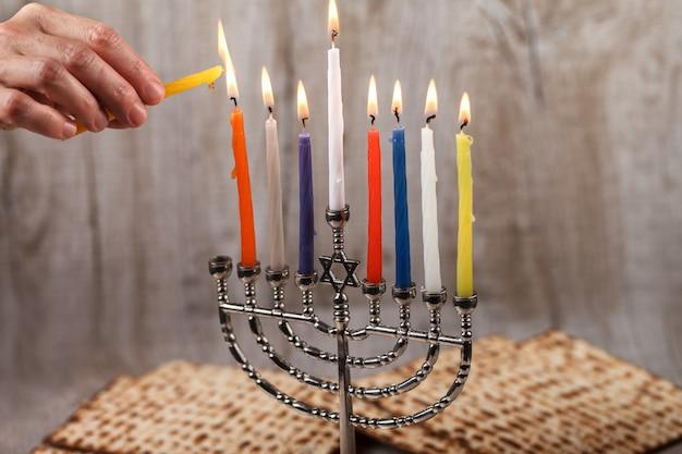 Menorá com velas para hanukkah sobre um fundo claro de madeira