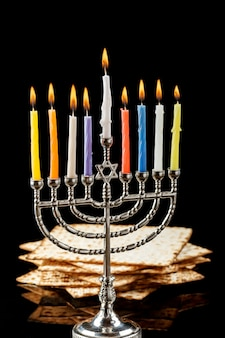 Menorá com velas para o hanukkah em fundo preto
