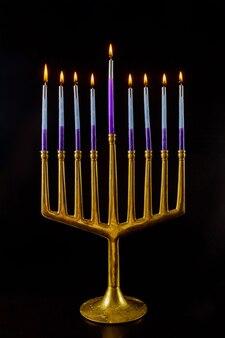 Menorá com velas queimadas para hanukkah no festival de feriado judaico