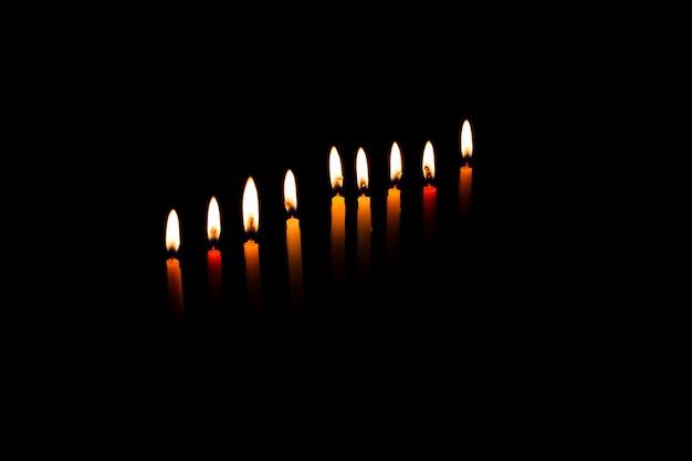 Menorá de chanucá com velas em chamas
