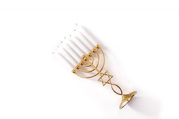 Menorá de hanukkah judaica isolada no fundo branco