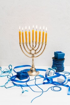 Menorá hebraica festiva com velas