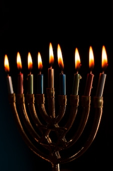 Menorá judaica de close-up com velas acesas