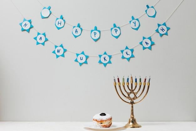 Menorá judaica e um donut sobre uma mesa