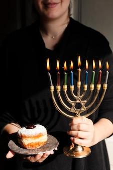 Menorá judaica tradicional e um donut