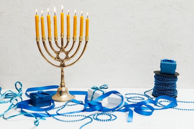 Menorá judaica tradicional em uma tabela
