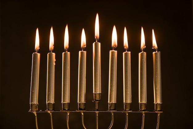 Menorá magnífica com velas em chamas