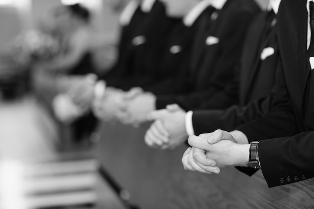 Mens mãos em uma igreja