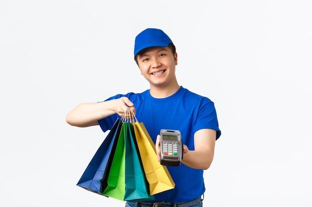 Mensageiro asiático de uniforme azul
