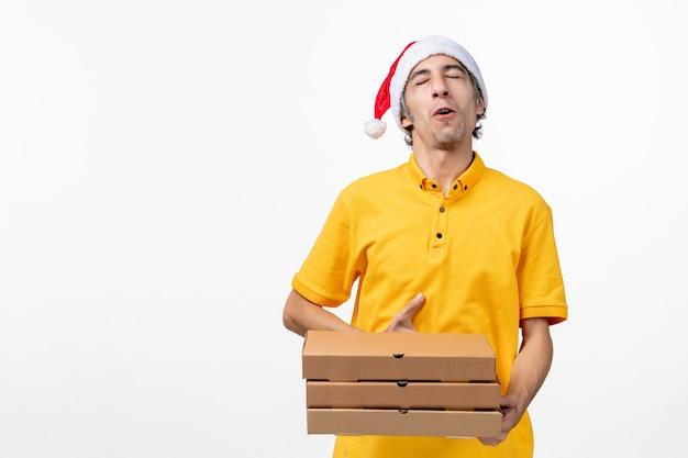 Mensageiro frontal masculino com caixas de pizza em uniforme de entrega de serviço de emprego de piso branco