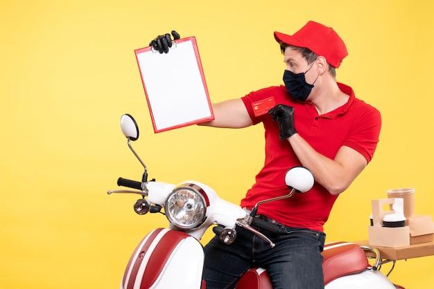 Mensageiro frontal masculino com máscara segurando a nota do arquivo e o cartão do banco em amarelo
