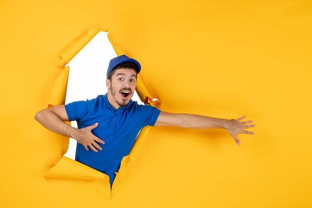 Mensageiro frontal masculino com uniforme azul no espaço amarelo