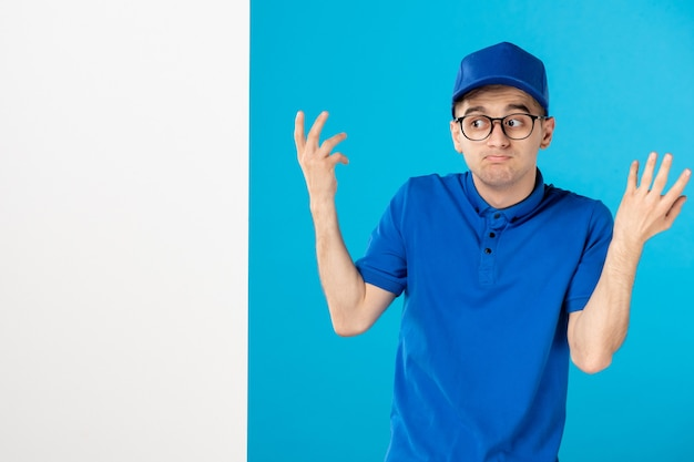 Mensageiro frontal masculino com uniforme azul sobre azul