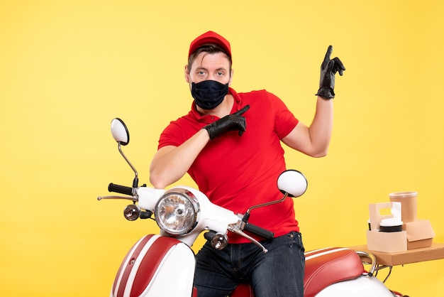 Mensageiro frontal masculino de uniforme e máscara amarela
