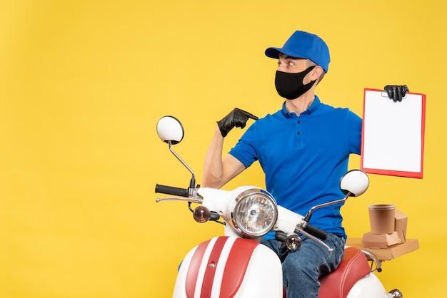 Mensageiro frontal masculino em uniforme azul com nota de arquivo no serviço de vírus secreto de trabalho de bicicleta amarela