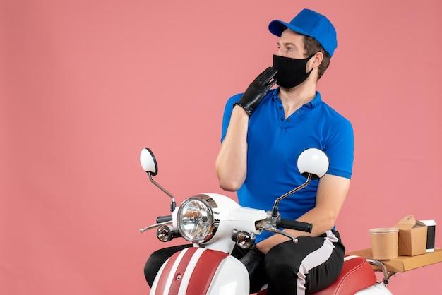Mensageiro frontal masculino em uniforme azul e máscara em vírus de entrega rosa fast-food bicicleta trabalho trabalho secreto comida