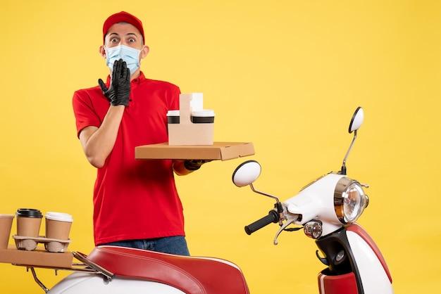 Mensageiro frontal masculino em uniforme vermelho com entrega de comida no serviço de emprego amarelo covid pandêmico - bicicleta colorida de vírus uniforme