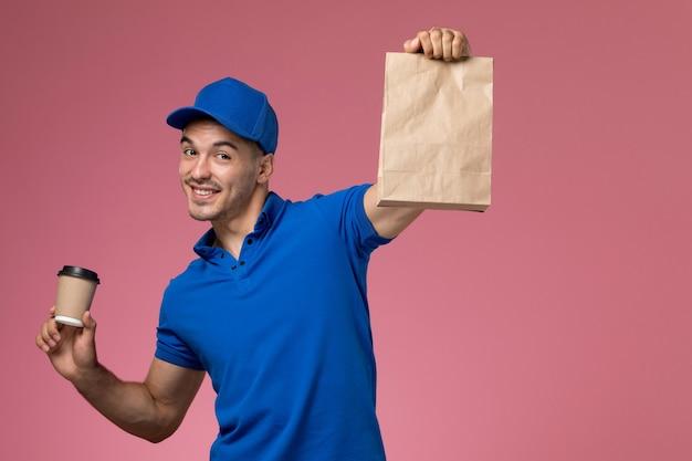 Mensageiro masculino de uniforme azul segurando um pacote de comida de entrega e café em rosa, uniforme.