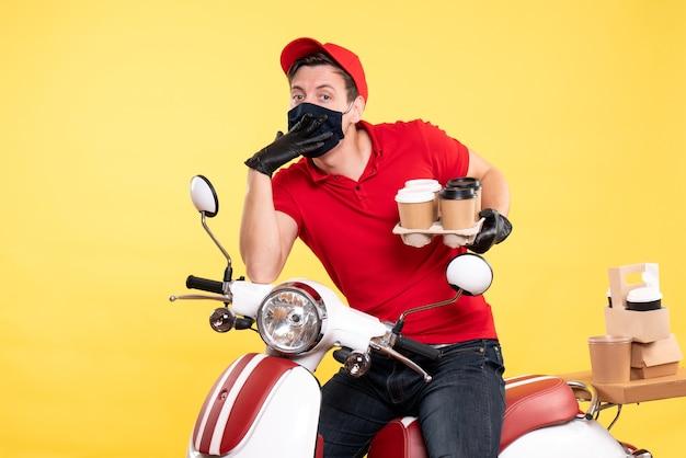 Mensageiro masculino de vista frontal em bicicleta com máscara e café em amarelo