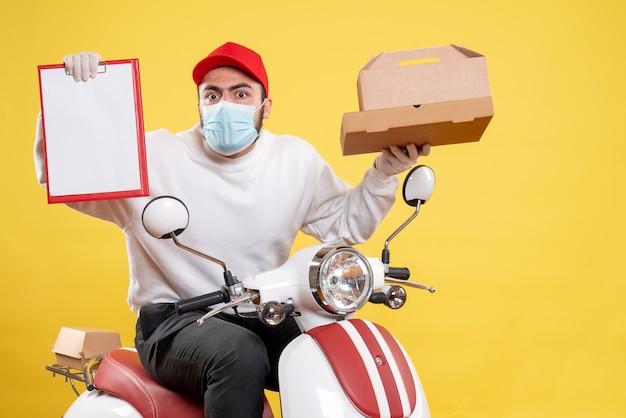 Mensageiro masculino em bicicleta com nota de arquivo e caixa de comida em amarelo