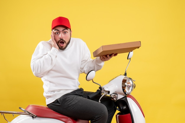 Mensageiro masculino segurando entrega de comida em amarelo