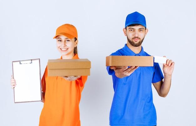 Mensageiro menino e menina em uniformes azuis e amarelos segurando caixas de papelão para viagem e pacotes de compras e apresentando seu cartão de visita.
