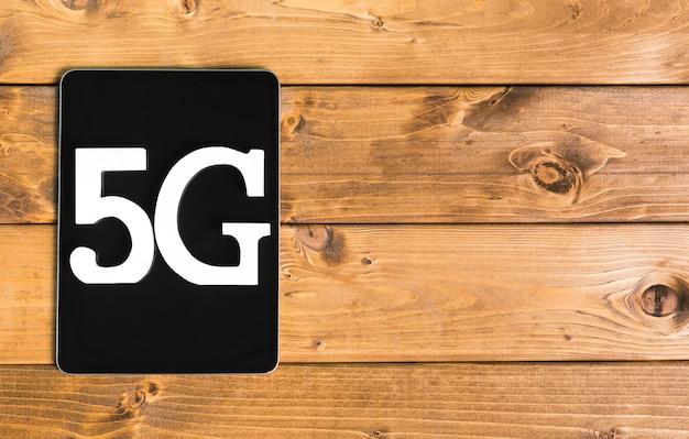 Mensagem 5g no tablet moderno na mesa