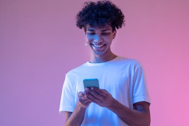Mensagem. cara afro-americano lendo uma mensagem em um smartphone