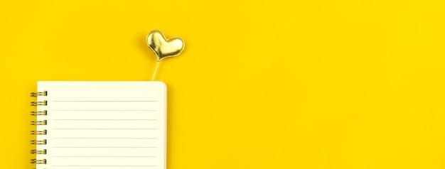 Mensagem de amor de banner no bloco de notas, fundo amarelo, foto do espaço de cópia