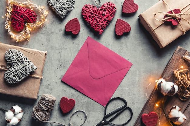 Mensagem de amor do dia dos namorados. preparação, embalagem de presente, flores de algodão e cartão postal