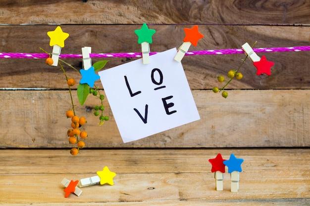 Mensagem de amor escrita à mão com estrela de madeira
