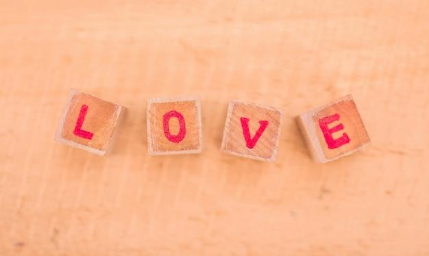 Mensagem de amor escrita em blocos de madeira.