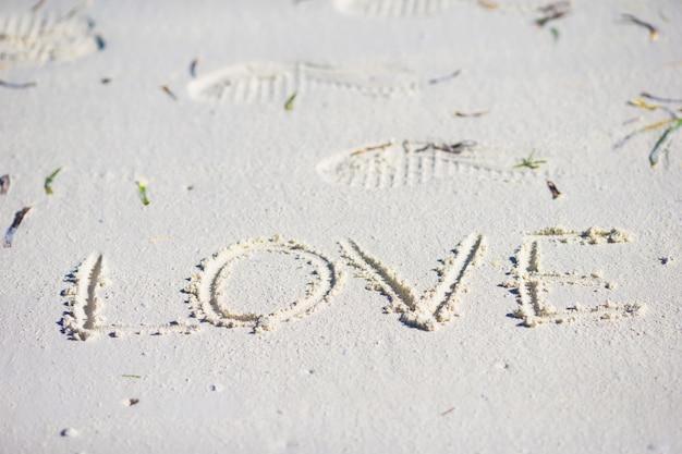 Mensagem de amor escrita em uma praia arenosa
