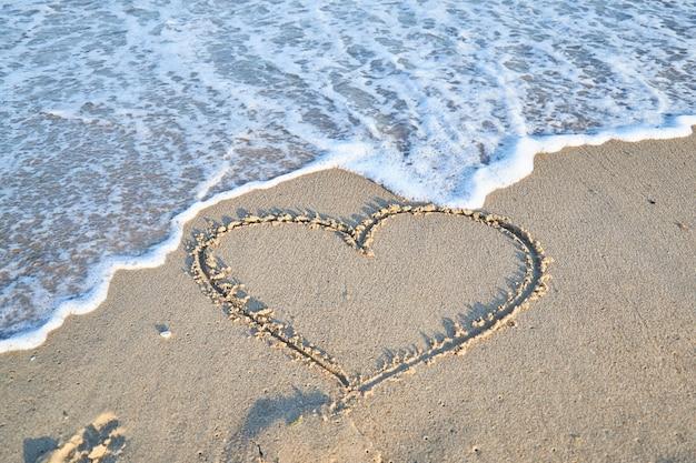Mensagem de amor na areia da praia de férias e viagens