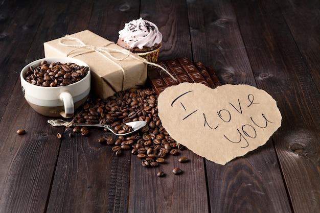 Mensagem de amor na mesa com grãos de café torrados