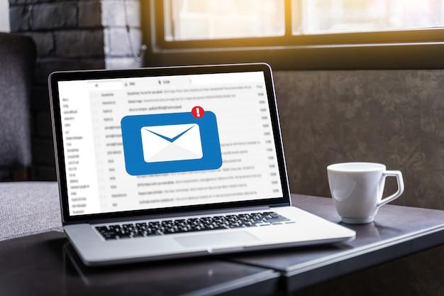 Mensagem de conexão de comunicação de e-mail para contatos de correspondência telefone global letters concept