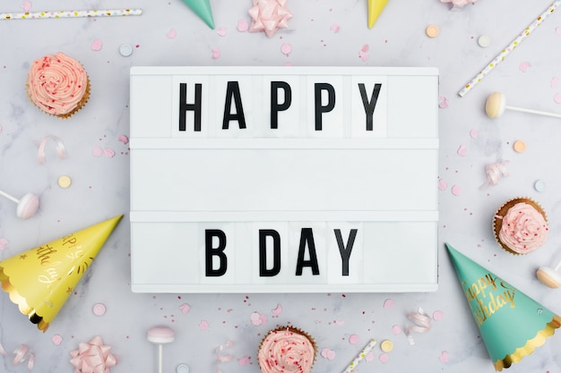 Mensagem de feliz aniversário com cones e cupcakes
